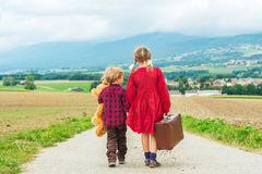 dos-niños-lindos-al-aire-libre-62201708